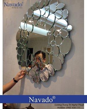 Gương treo tường nghệ thuật phòng khách Queen