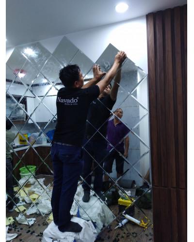 Thi công gương ghép tường phòng khách quả chám